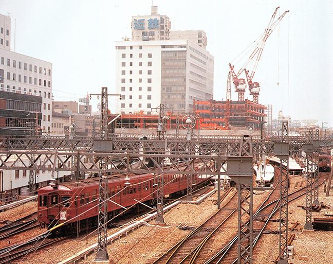 引用図:建設工事中のターミナルビル、駐車場およびボウリング場「80年のあゆみ(近畿日本鉄道・1990年)」